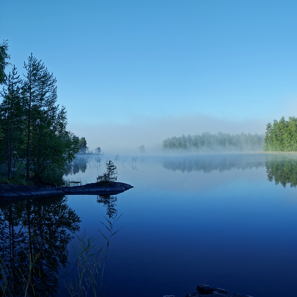 Kuva: Mika Kareinen. Järvimaisemaa aamu-usvassa.